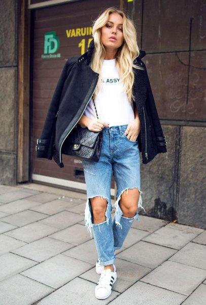 svart fleecejacka med förstörda jeans