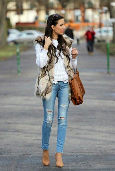 vit stickad tröja med brun axelväska och smala jeans
