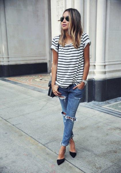 svartvit randig kortärmad T-shirt med blå jeans och klackar