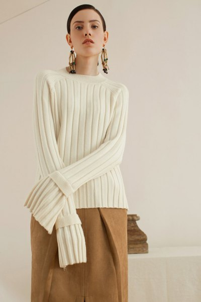 vit ribbad tröja kamel ull kjol