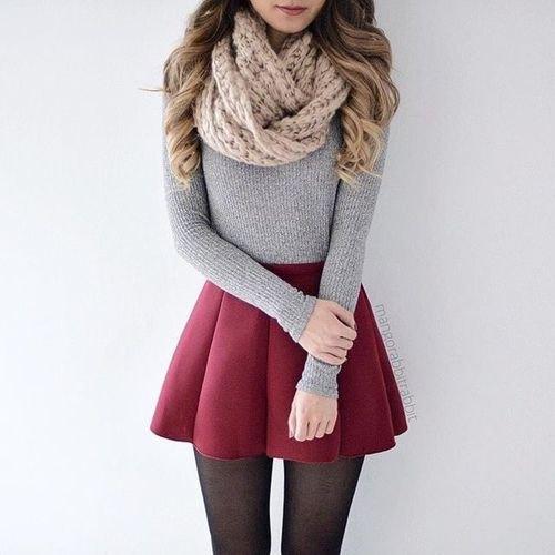 Kabelstickad halsduk med en figurkramande grå tröja och rödbrun veckad minikjol
