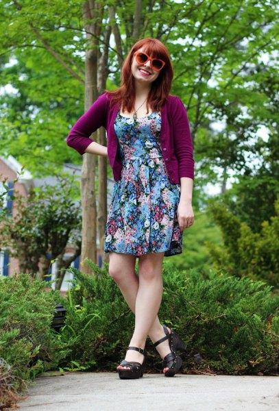 Lila kofta med trekvartärmar och en blommig miniklänning
