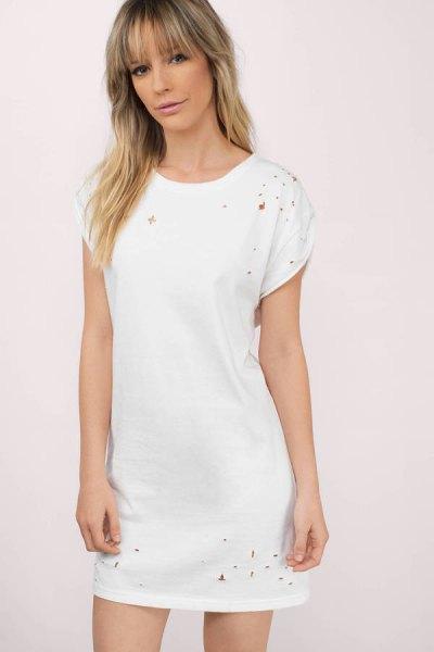 vit nödställda t-shirtklänning med sneakers