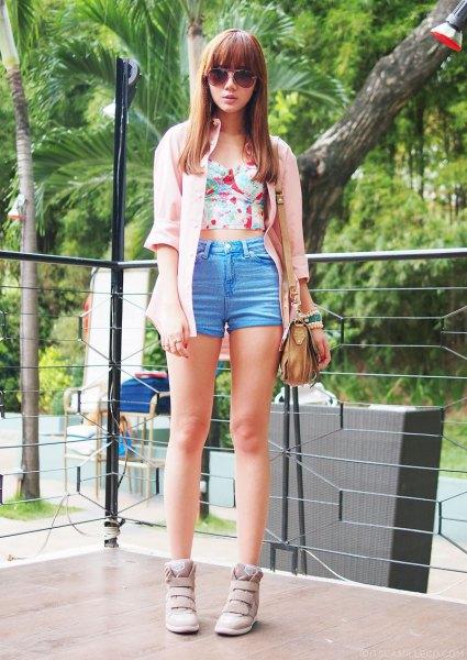 Elfenben lång kofta med rosa axelbandslös crop topp och blå mini shorts