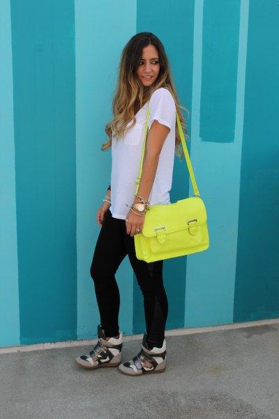 vit oversized t-shirt med camo sneakers med dold kil och citrongul plånbok