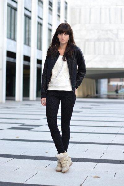 svart bomberjacka med supermager jeans