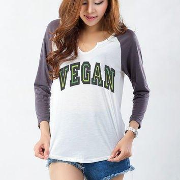 grå och vit rolig långärmad grafisk t-shirt med blå jeansshorts