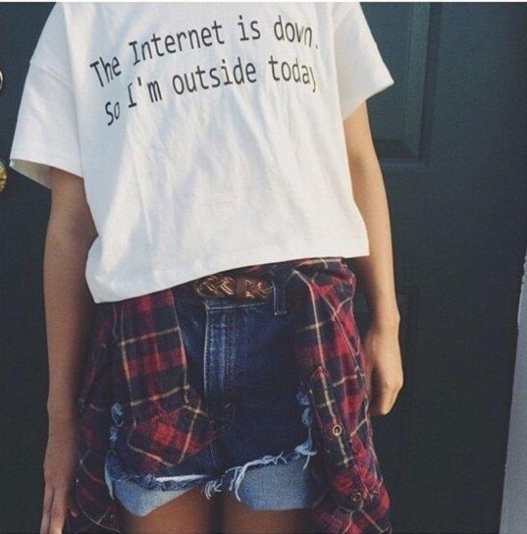 vit tryckt t-shirt med blå jeansshorts och röd och svart rutig pojkvänskjorta