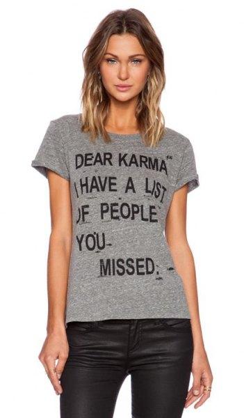 grå t-shirt med svarta läderbyxor