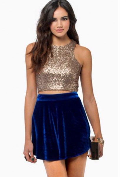 mousserande rosguld crop top med blå sammet mini kjol