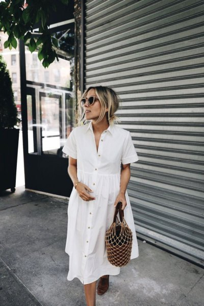 vit bomullskjortklänning med knappar och sandaler