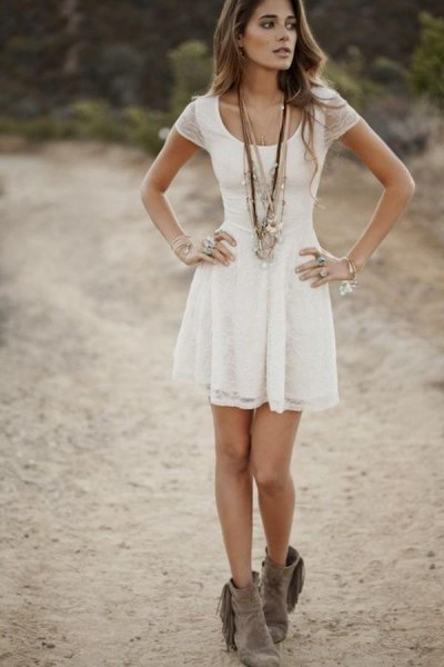 vit kortärmad klänning med urringning och utsvängd miniklänning