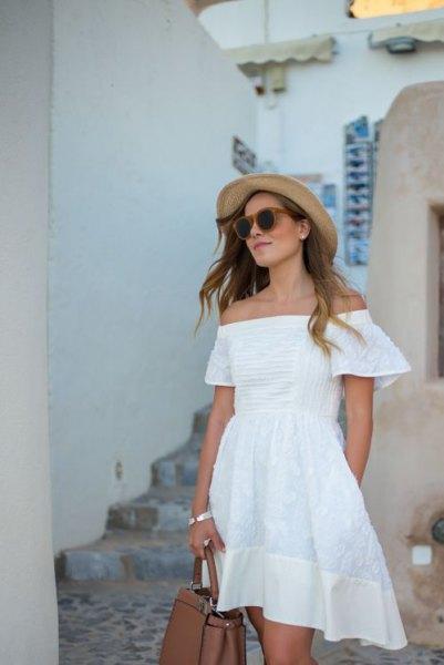 vit axelbandslös miniklänning i bomull med stråhatt