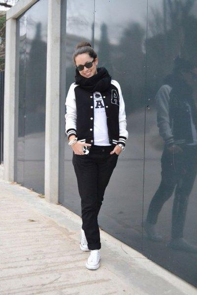 Basebolljacka svarta jeans vita sneakers