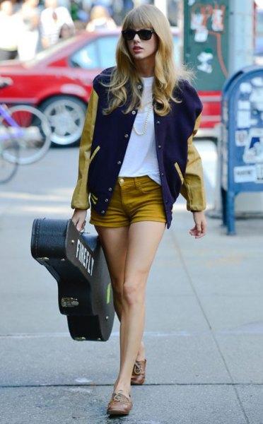 Baseballjacka orange denimshorts Taylor Swift