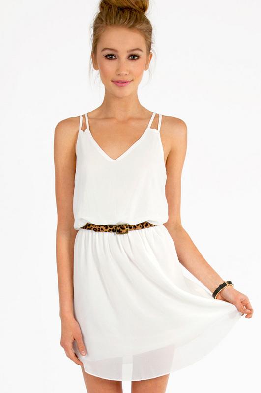 Detaljer om den vita remklänningen