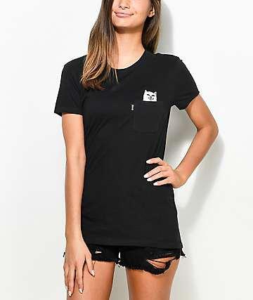 svart t-shirt nödställda jeansshorts