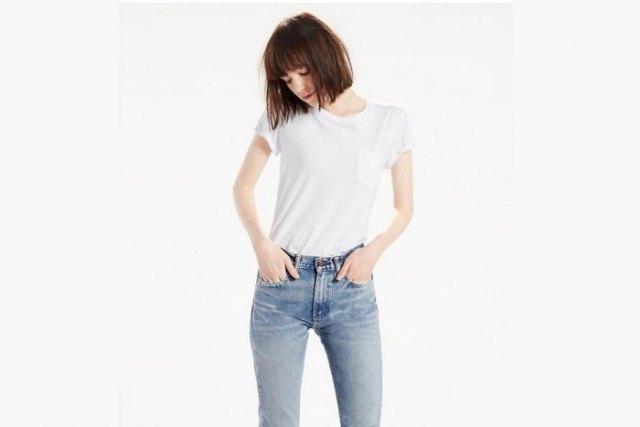 vit ficka t-shirt blå tvättade smala jeans