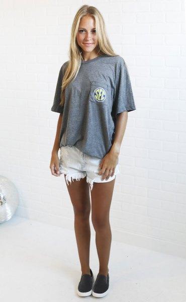 grå oversized t-shirt vita rippade jeansshorts