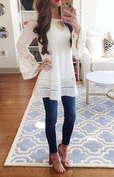 vit lång tunikablus med klockärmar och sandaler