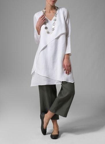 vit tunikatopp i flera lager med grå, korta byxor med vida ben