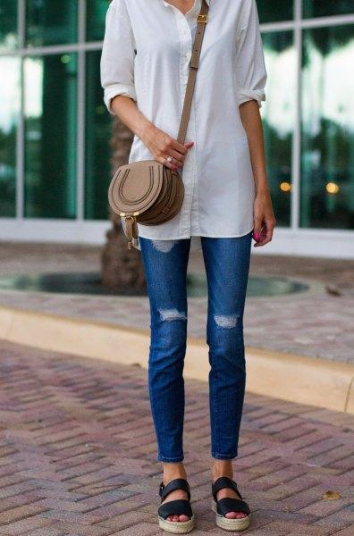 vit lång skjorta med knappar, blå skinny jeans och sandaler