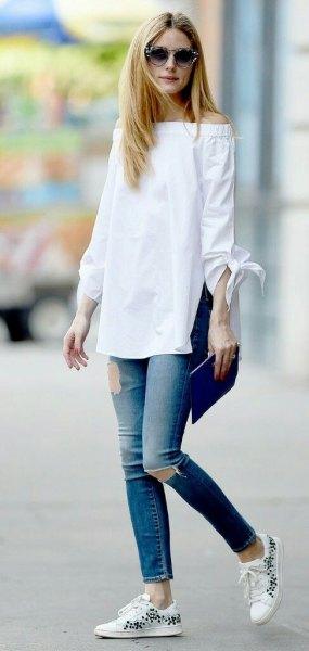 vit av axelns långa blus med rippade ankeljeans