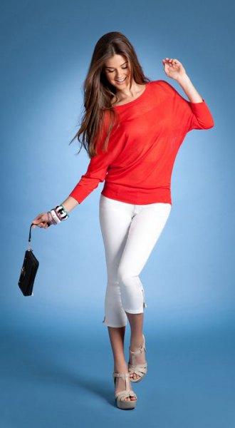 orange långärmad topp med vita smala jeans