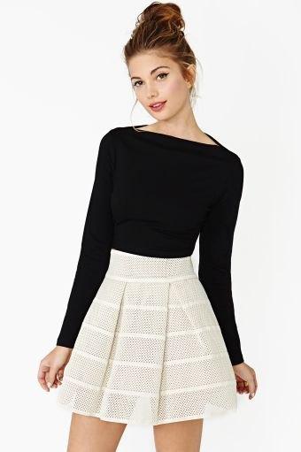 svart långärmad topp med båthalsring och ljusrosa minirater kjol