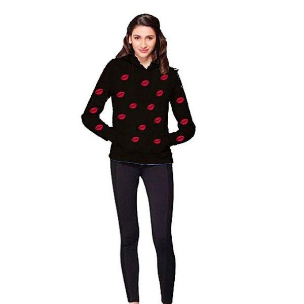 svart och röd grafisk tröja med mörkblå skinny jeans