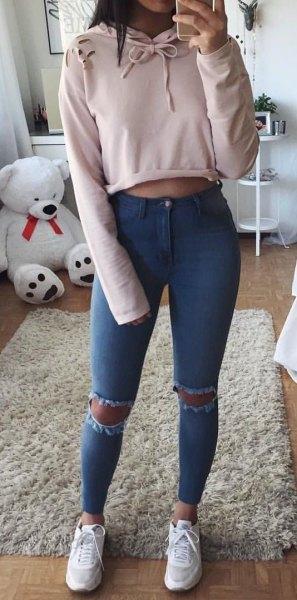 Ljusrosa, beskuren huvtröja med rippade skinny jeans