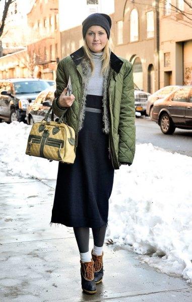 brun quiltad jacka med grå och svart midi shift-klänning och korta snöskor