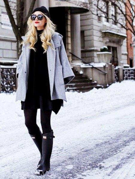 grå ullrock med svart skift miniklänning och knähöga snöskor