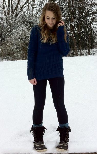 Marinblå tröja med svarta leggings och snöskor