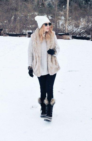 ljusgrå, ribbad, tjock tröja klänning med svarta fuskpäls snöskor