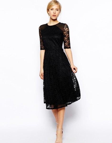 svart klänning med halva ärmar och en utsvängd spetsklänning