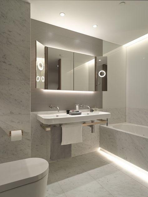 Cool White LED Strip Lights ser fantastiskt ut i detta moderna badrum.
