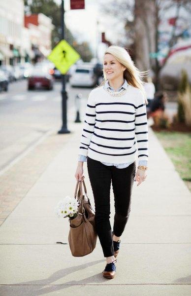 vit tröja svarta ränder brun oxford skor
