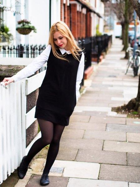 vit skjorta svart ärmlös stickad tröja klänning oxford skor