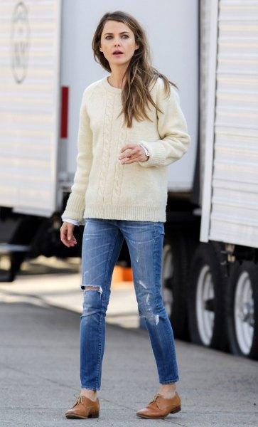 vita stickade tröja jeans oxford skor