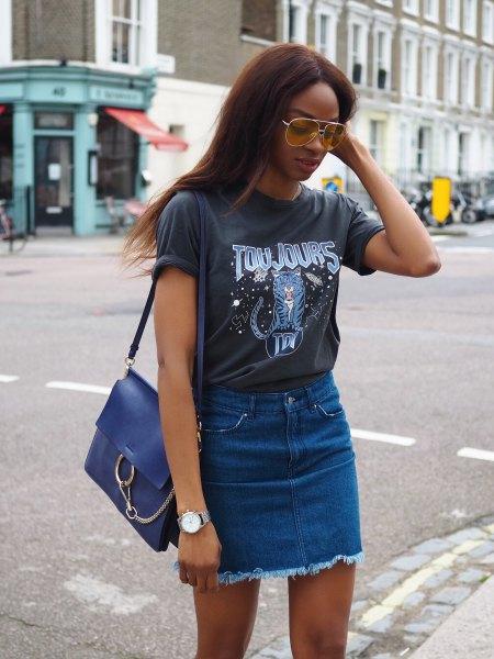 grå tryckt t-shirt med blå denim kjol med hög midja