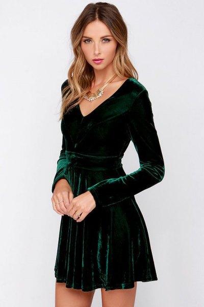 grön långärmad skaterklänning med djup V-ringning