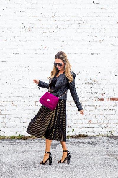 svart läderjacka med sammetslen veckad klänning