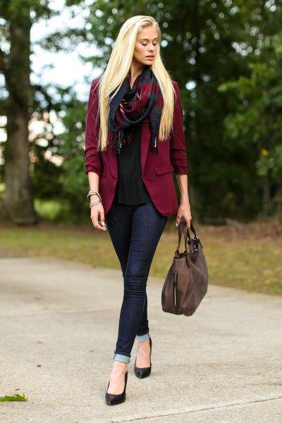 Vinröd blazer med svart chiffongblus och mörka jeans