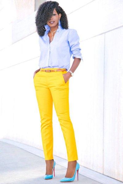 ljusblå skjorta med knappar och gula, smala byxor