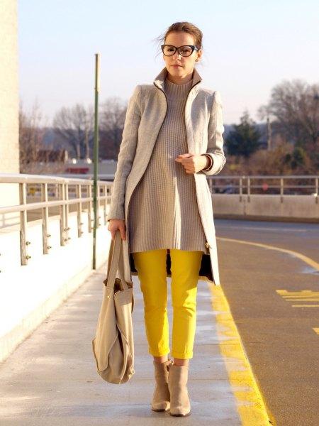 grå longline-kavaj med ribbad tröja och gula byxor