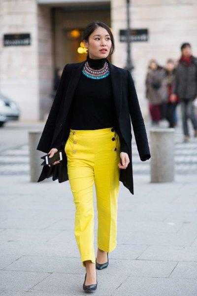 svart kavaj med uttalande kedja och gula chinos med raka ben
