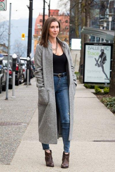 grå longline maxi kofta med svart väst och blå jeans med manschett