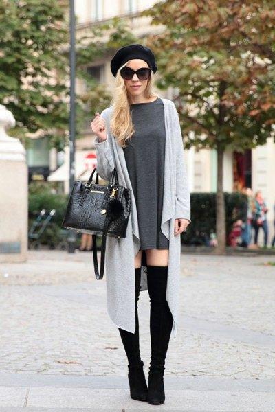svart målarhatt med grå långjacka och overknee stövlar