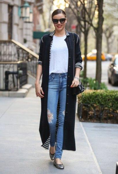 svart maxi longline kofta med halva ärmar och blå rippade jeans